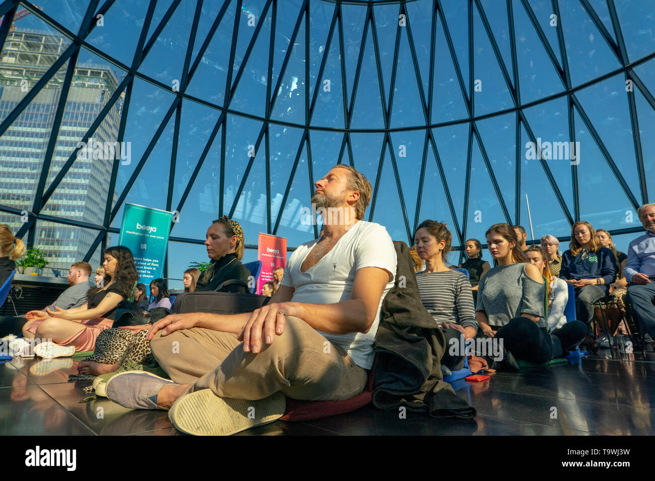London, UK. 21st May, 2019. The Beeja Meditation group hosting a guided meditation session in Searcys bar at the top of the Gerkin office block in London to mark world meditation day. Photo date: Tuesday, May 21, 2019. Photo: Roger Garfield/Alamy Credit: Roger Garfield/Alamy Live News - Stock Image