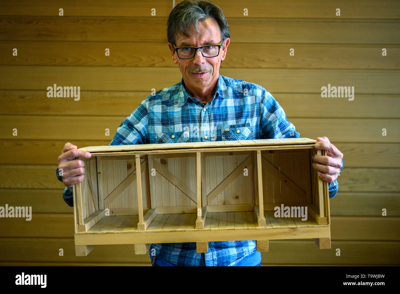 Bremen, Germany. 17th May, 2019. Markus Neumann, wood technician at the company 'Carl Gluud', holds a wooden model box in his hands, which he designed himself. (to dpa 'Too big, too heavy? resourceful technicians get everything on the ship') Credit: Mohssen Assanimoghaddam/dpa/Alamy Live News - Stock Image