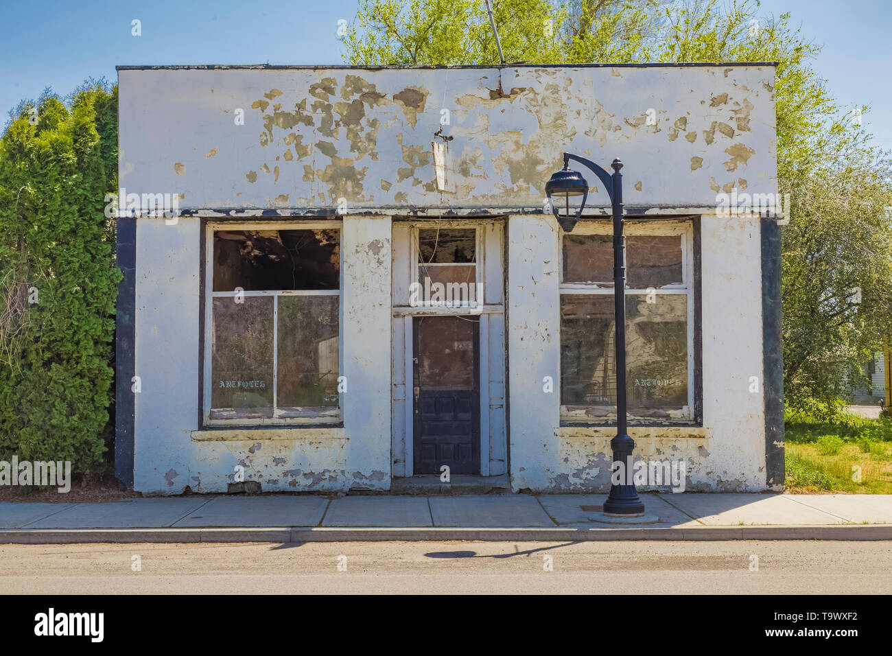 Closed storefront that once sold anitques in Sprague, Washington State, USA [No property release: available only for editorial licensing] - Stock Image