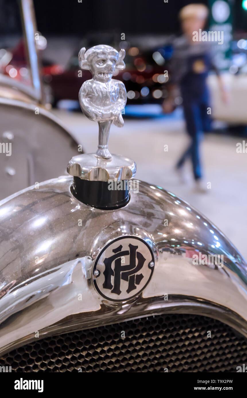 Imp Bonnet/Hood Ornament, Radiator Cap and Badge of a 1923 Ruston Hornsby 16-20 B1 car. - Stock Image