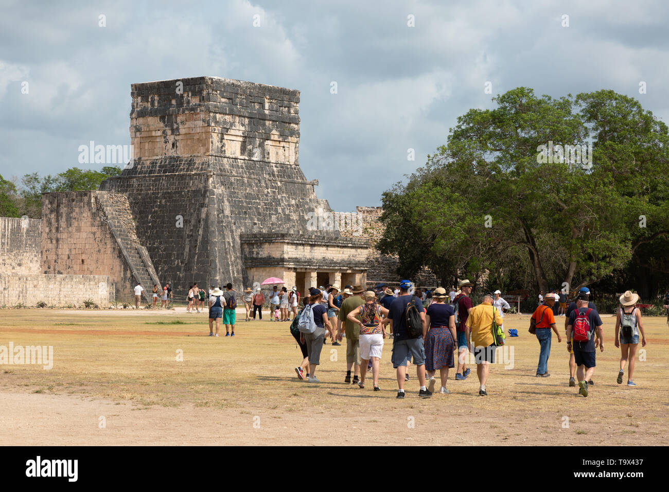 Chichen Itza, Mexico ancient maya ruins - UNESCO world heritage site;  visitors heading to the Great Ball Court, Chichen Itza, Yucatan, Mexico - Stock Image