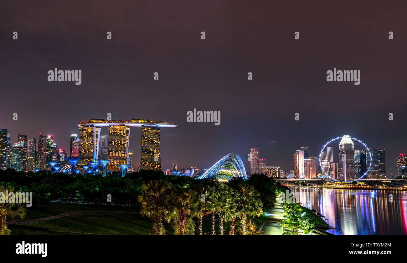 SINGAPORE-MAY 18, 2019 : Cityscape Singapore modern and financial city in Asia. Marina bay landmark of Singapore. Night landscape of business building - Stock Image