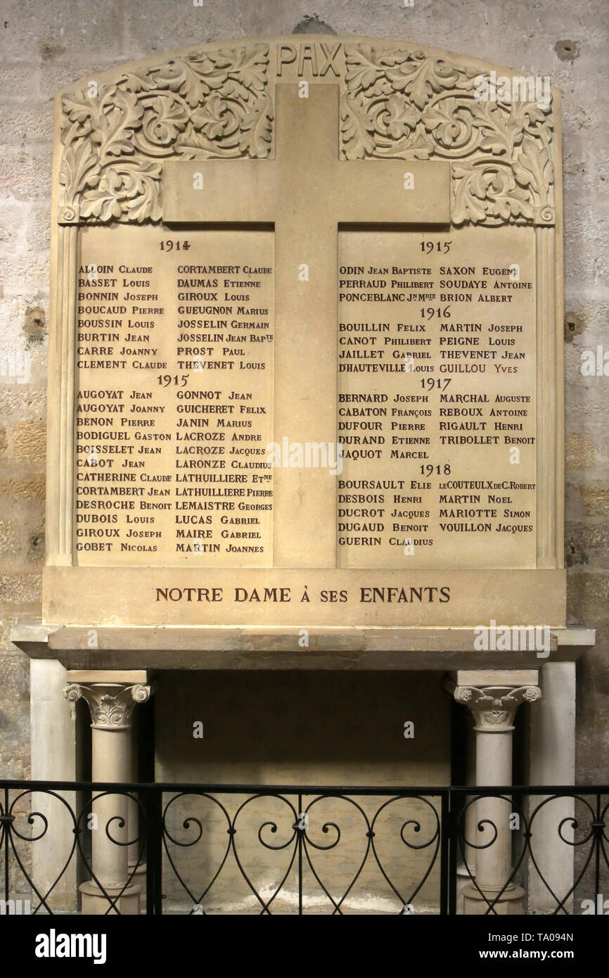 Mémorial. Notre-Dame à ses enfants. Eglise Notre-Dame. Cluny. XIII ème siècle. Stock Photo
