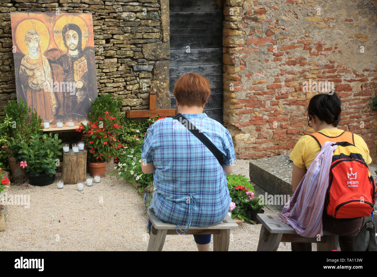 Pèlerins priant devant la tombe de Frère Roger. Taizé. - Stock Image