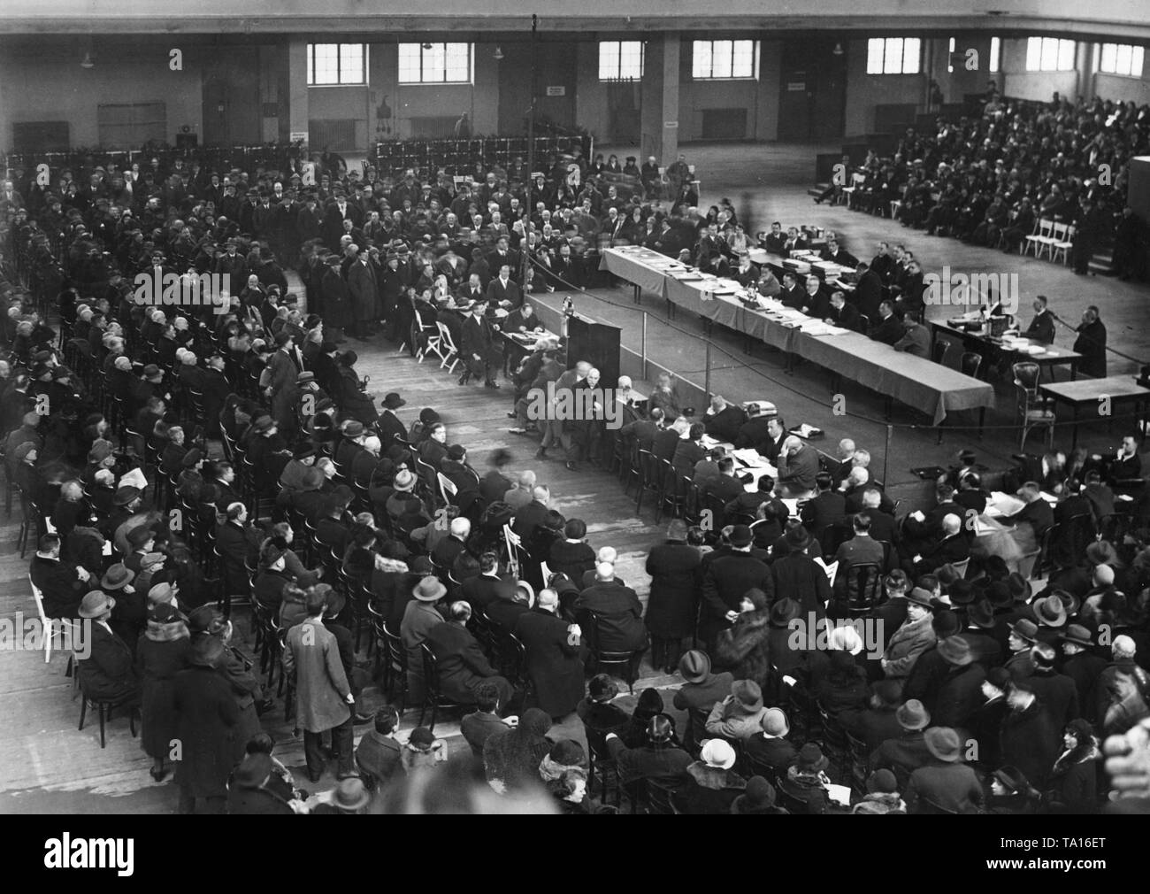 Settlement date against the Haus- und Grundbesitzerbank. Approximately 15,000 creditors attend the meeting. - Stock Image