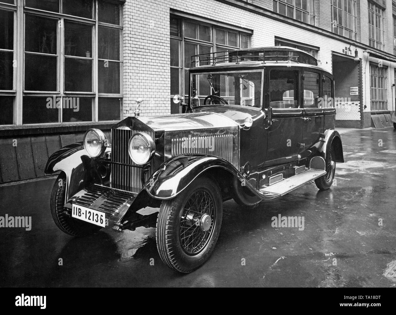 A Rolls Royce Phantom I parks on the roadside. The 'IIB' symbol stands for registration in Oberbayern. - Stock Image
