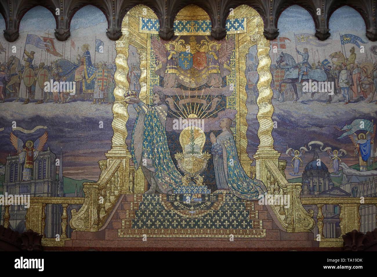 Le voeu de Louis XIII. Mosaïque murale exécutée par les ateliers Martin de Paris. Basilique Notre-Dame de Fourvière. Lyon. - Stock Image