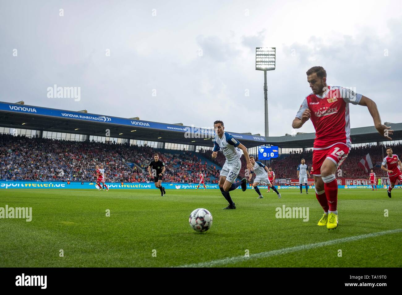 Bochum, Deutschland. 20th May, 2019. Game scene in the Vonovia Stadium in Bochum, overview, action, Ken REICHEL r. (Union) vs Milos PANTOVIC (BO), Football 2. Bundesliga, 34. matchday, VfL Bochum (BO) - Union Berlin (Union) 2: 2, the 19.05.2019 in Bochum/Germany. ## DFL regulations prohibit any use of photographs as image sequences and/or quasi-video ## ¬ | usage worldwide Credit: dpa/Alamy Live News - Stock Image