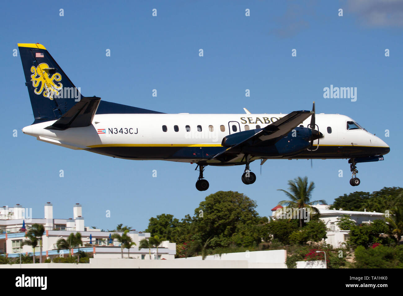 Simpson Bay, Saint Martin. 5th Dec, 2016. A Seaborne Airlines SAAB 340 seen landing at airport Princess Juliana just over Maho beach. Credit: Fabrizio Gandolfo/SOPA Images/ZUMA Wire/Alamy Live News - Stock Image