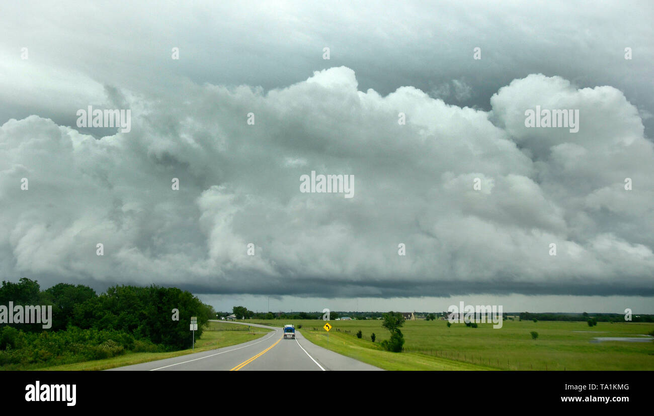 Huge thunder storms cells are seen through the east part of Claremore Oklahoma Tuesday afternoon May 21, 2019. The thunder storms were moving up to 50 mph dumping more rain and strong winds with a few that went tornado warning. Severe continues to hit the mid west states this week. Photo by Gene Blevins/ZumaPress Credit: Gene Blevins/ZUMA Wire/Alamy Live News - Stock Image