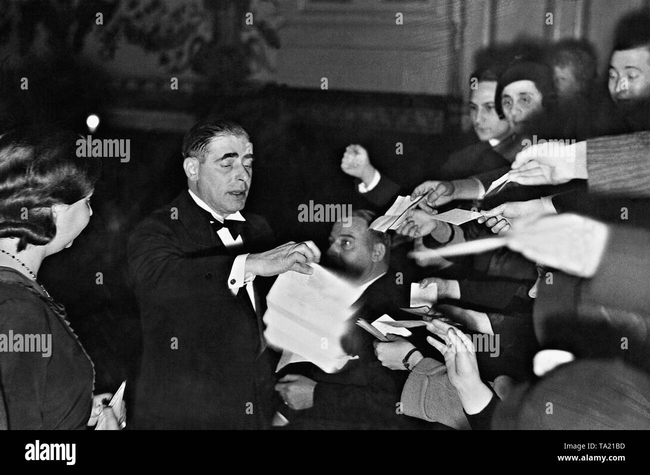 The clairvoyant Erik Jan Hanussen is surrounded by autograph hunters. - Stock Image