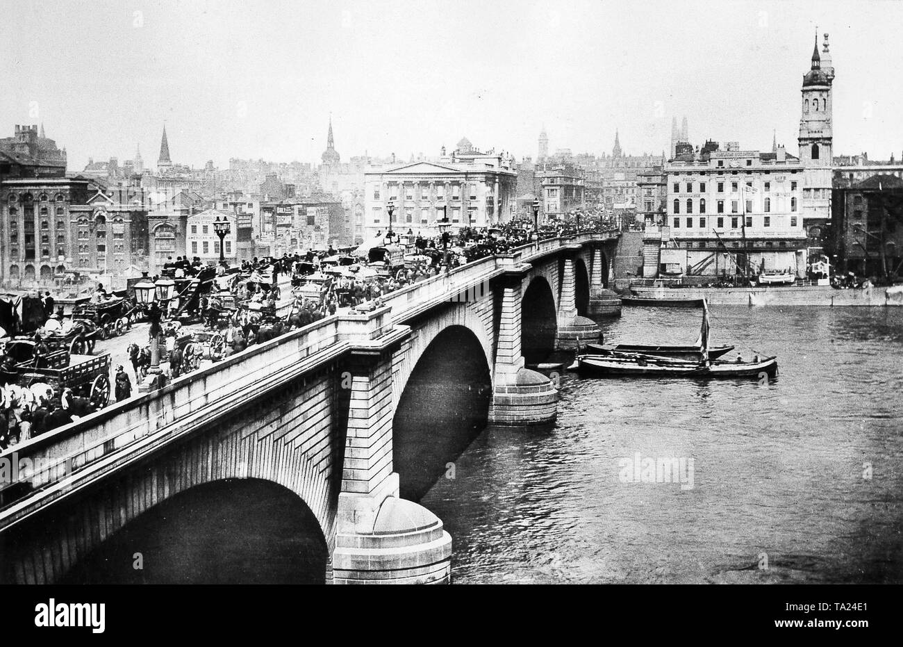Heavy traffic on the London Bridge over the Thames river, circa 1870 - Stock Image