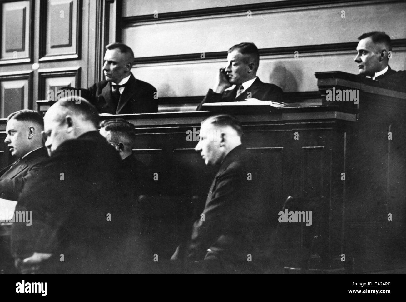 Before the jury court of Altona is held the second so-called small bombing trial, in which the Neumuenster and Bad Oldelohe attacks form the subject of negotiation. This photograph shows the main charge during the sitting. Top row from left chemist Dr. Georg Hellmann of Wilamovitz Moellendorf, merchant Hambrock, below sitting Kroeger, a defender, Amman and Sattlermeister Koch. - Stock Image