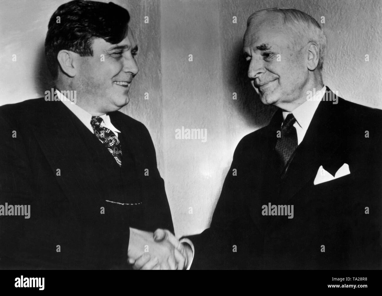 Cordell Hull (right), US Secretary of State and Nobel Peace Prize winner in 1945, greets the Republican presidential candidate in 1940, Wendell L. Willkie, before a joint meeting. - Stock Image
