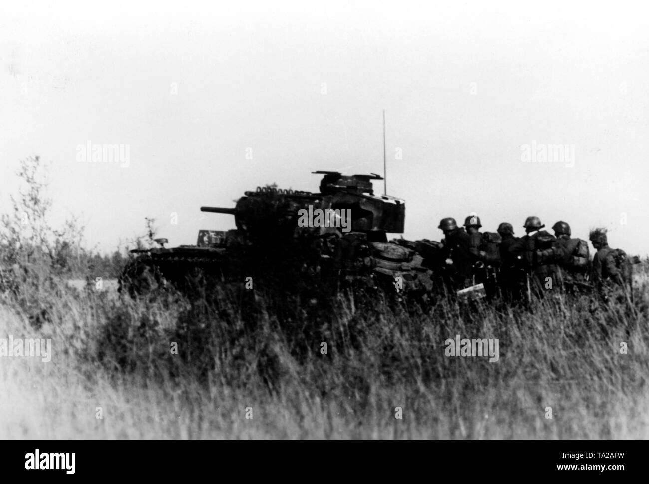 Infantrymen are invading under the protection of a Panzer IV south of Lake Ilmen. Photo of the Propaganda Company (PK): War correspondent Koerbisser. - Stock Image