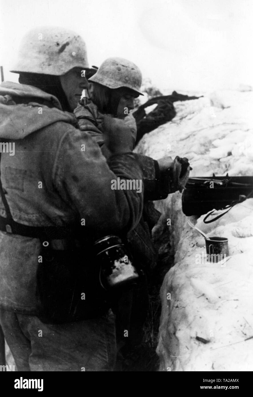 German soldiers took up positions in the village of Ushin on the southern shore of Lake Ilmen. Photo of the Propaganda Company (PK): war correspondent Etzold. - Stock Image