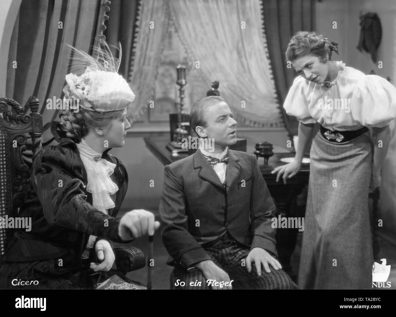 Anita Mey (left), Heinz Ruehmann as Dr. med. Pfeiffer / Erich Pfeiffer (center) and Inge Conradi as Ilse Bundschuh in the comedy 'So ein Flegel' by Robert Stemmle. This was the first film adaptation of the Feuerzangenbowle by Heinrich Spoerl. - Stock Image