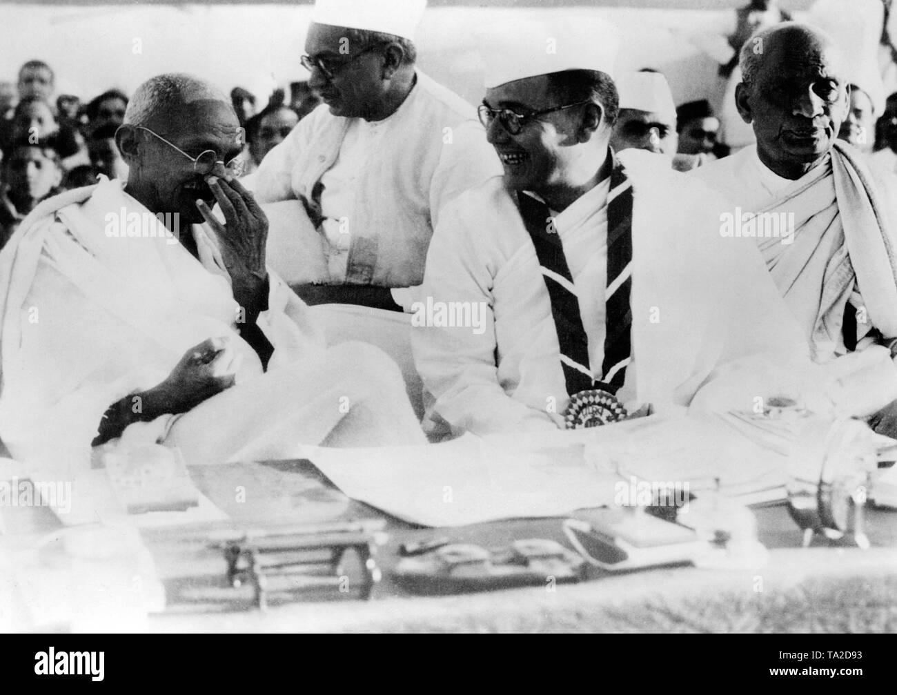 The leader of the Indian Nationalists Mahatma Gandhi and the President of the 51st Indian National Congress in Haripura, Subhas Chandra Bose. Gandhi laughs at a joke of Subhas Chandra Bose. - Stock Image