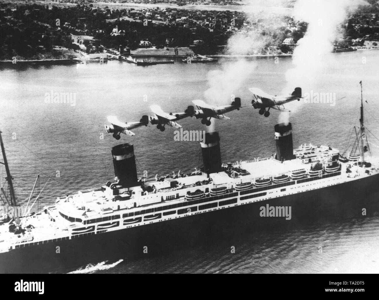 """Four American naval aircrafts fly over the ocean liner """"Leviathan"""" on her arrival in New York City. Stock Photo"""
