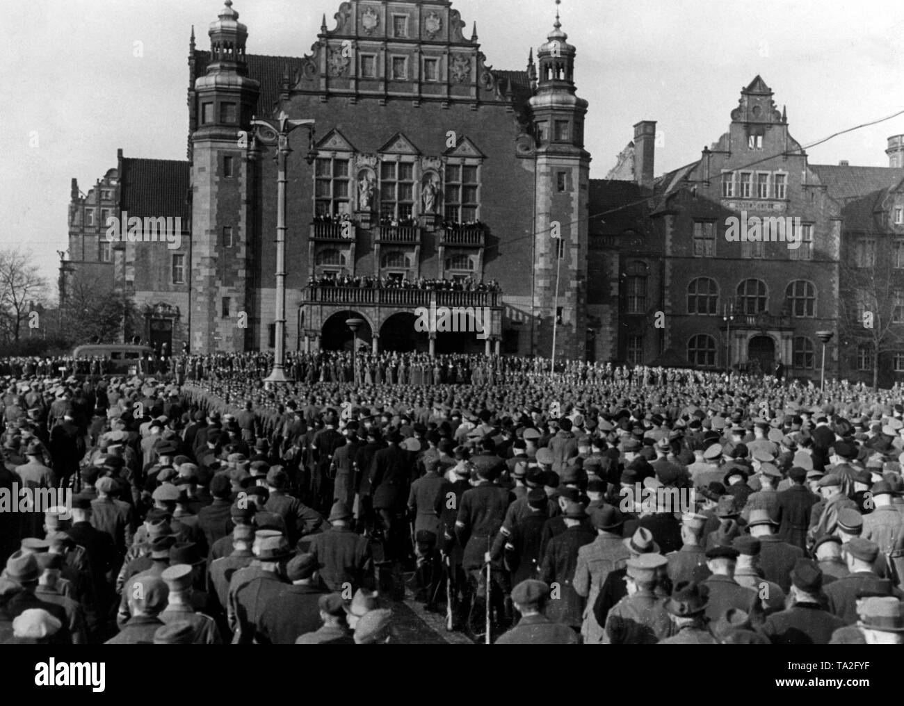 """Men of the """"Wartheland Volkssturm"""" listen to the speech of Generaloberst Guderian on the """"Day of Freedom"""" on the occasion of the 5th anniversary of the Gau Watheland. Stock Photo"""