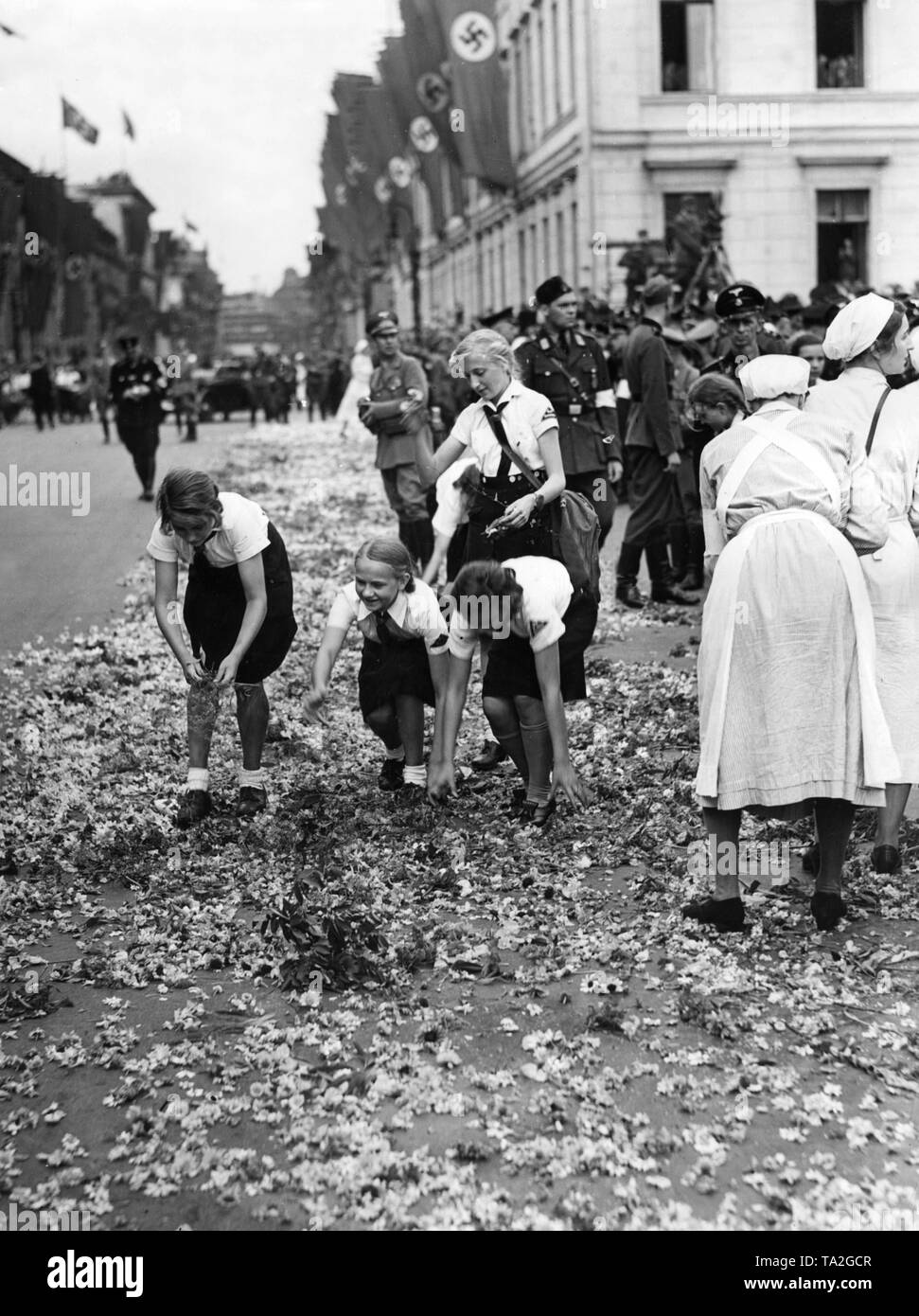 BDM girls decorate the streets with flowers on the occasion of a visit to the Fuhrer in Berlin in August 1940. - Stock Image