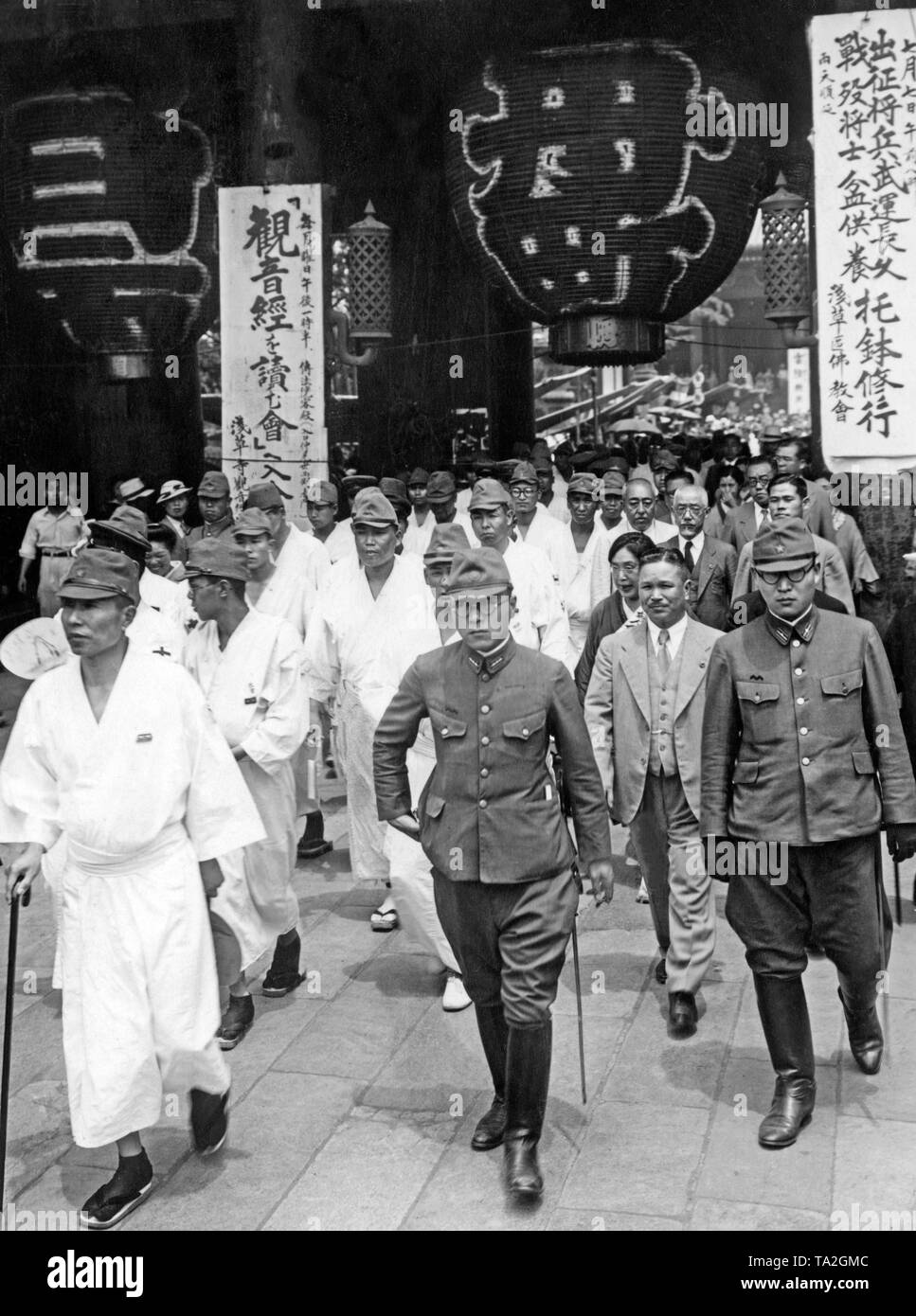 Members of the Japanese military and wounded soldiers from the Second Japanese-Chinese War, visit the city of Sakura to recruit more soldiers for the war. (undated photo, 1930s) - Stock Image