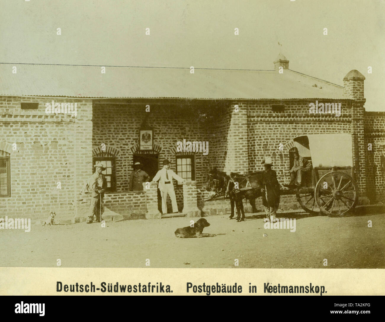 A stagecoach is in front of the Imperial German Postal Agency in Keetmanskoop in German South West Africa (undated photo). - Stock Image