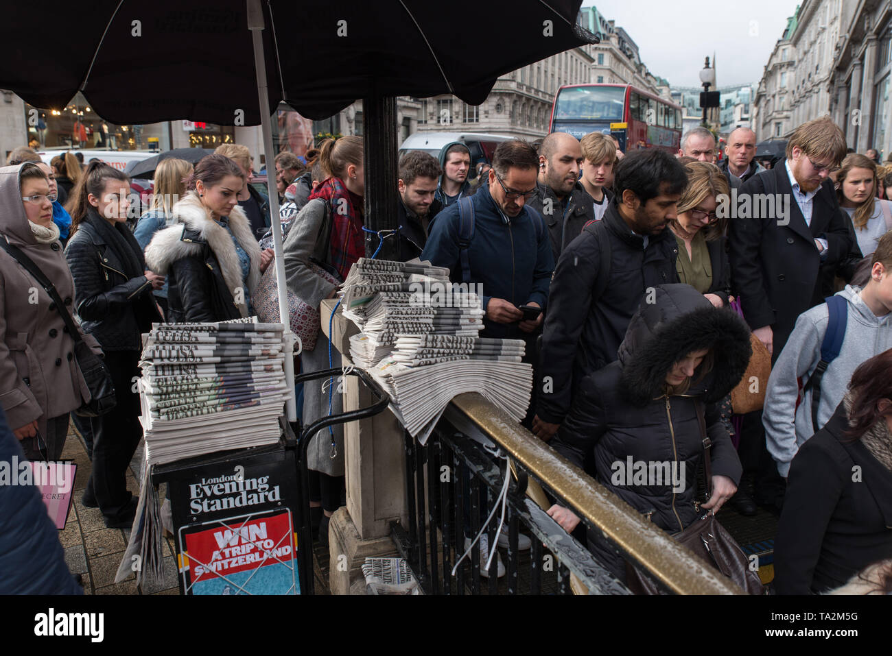 Pendler an der Hauptverkehrszeit an der Oxford-Zirkusstation, London, Großbritannien. / Commuters at rush hour at Oxford Circus station, London, UK. Stock Photo