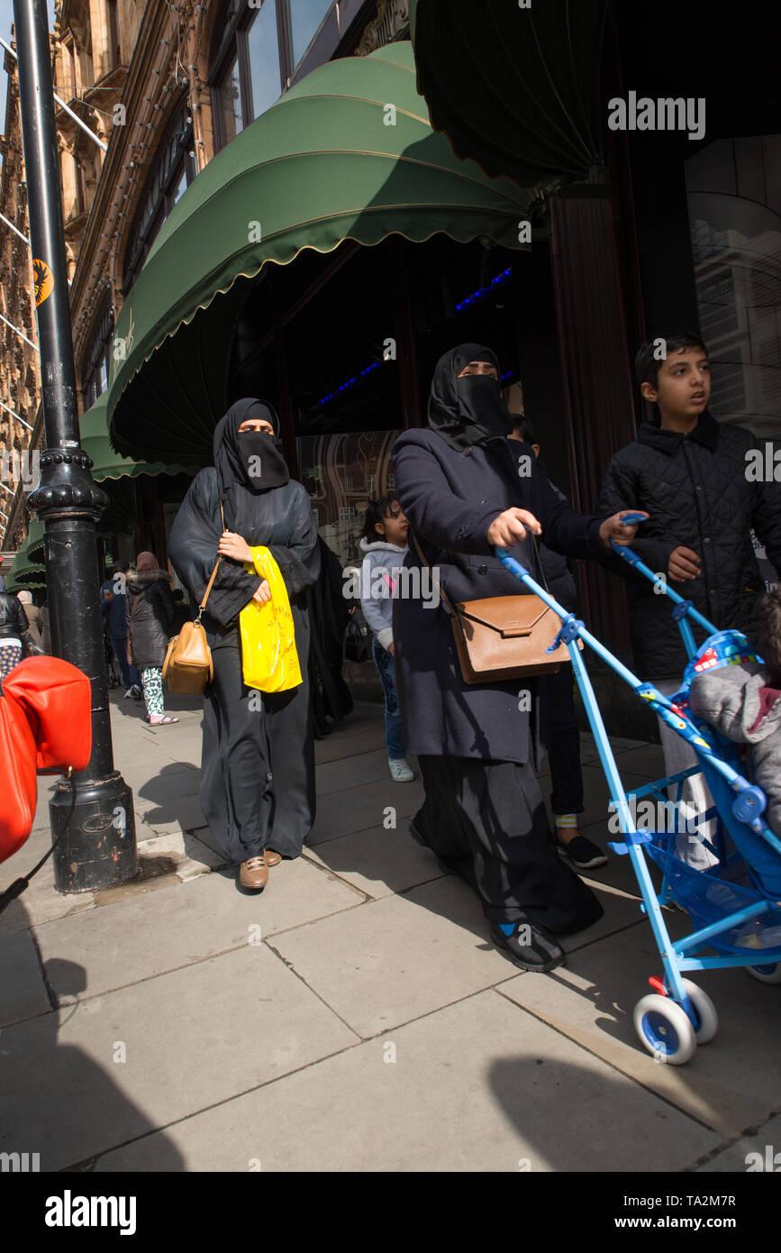 Women from the middle-east wearing full burqua outside Harrods, the famous London department store, Knightsbridge, London. /  Frauen aus dem Nahen Ost - Stock Image
