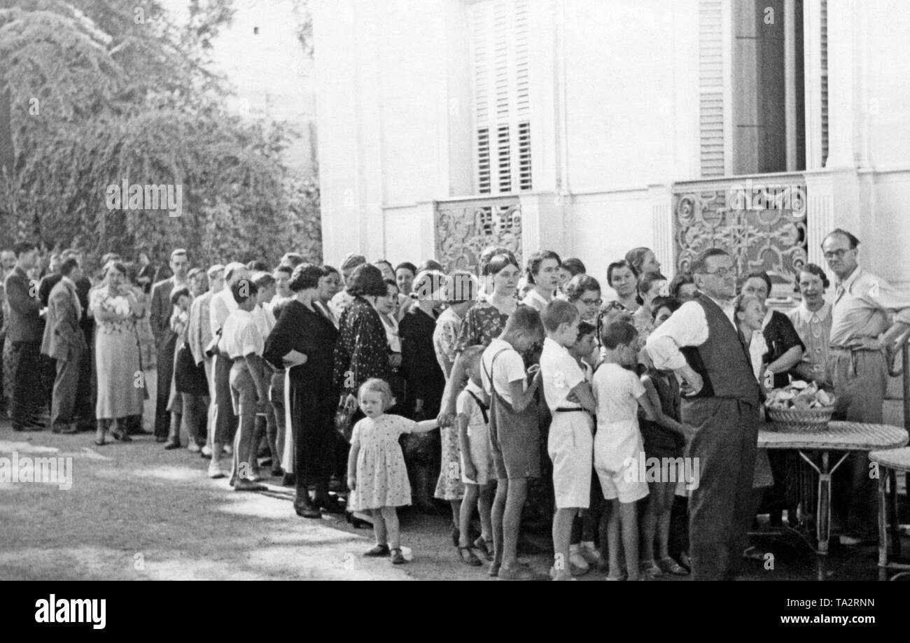 Photo of Germans waiting for food distribution in the garden of the German Embassy in the Avenida de la Libertad in Madrid after the outbreak of the Spanish Civil War in the summer of 1936. - Stock Image