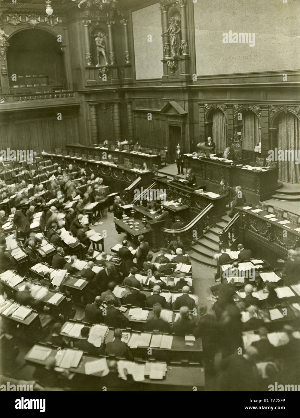 Discussions on the adoption of the first German Works Councils Act in the Reichstag. - Stock Image