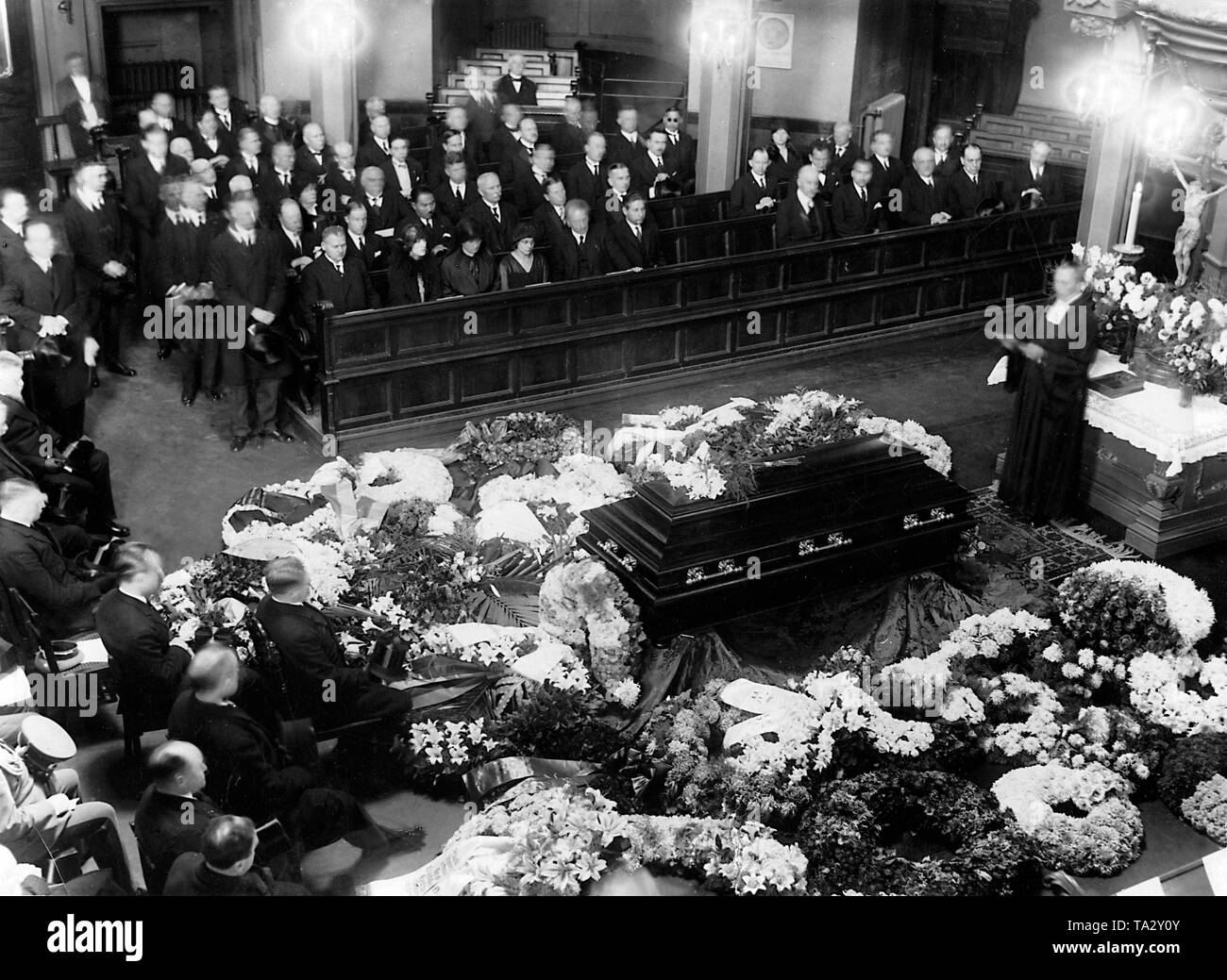 After von Brockdorff-Rantzau, German ambassador to Moscow, suddenly died from stroke in Berlin, a mourning ceremony took place a few days later in the Trinity Church in Berlin. Representatives of the diplomatic corps and state authorities were present. Front left, Secretary of State Otto Meissner. - Stock Image