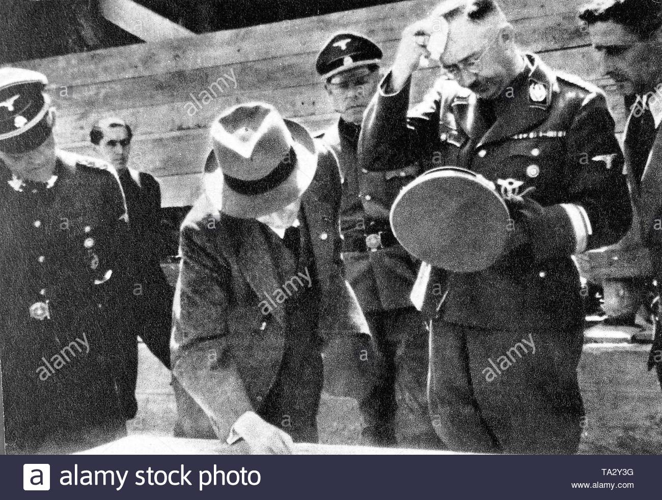 Reichsfuehrer-SS Heinrich Himmler and the chief engineer of IG Farben Max Faust (with hat) in the concentration camp Auschwitz. - Stock Image