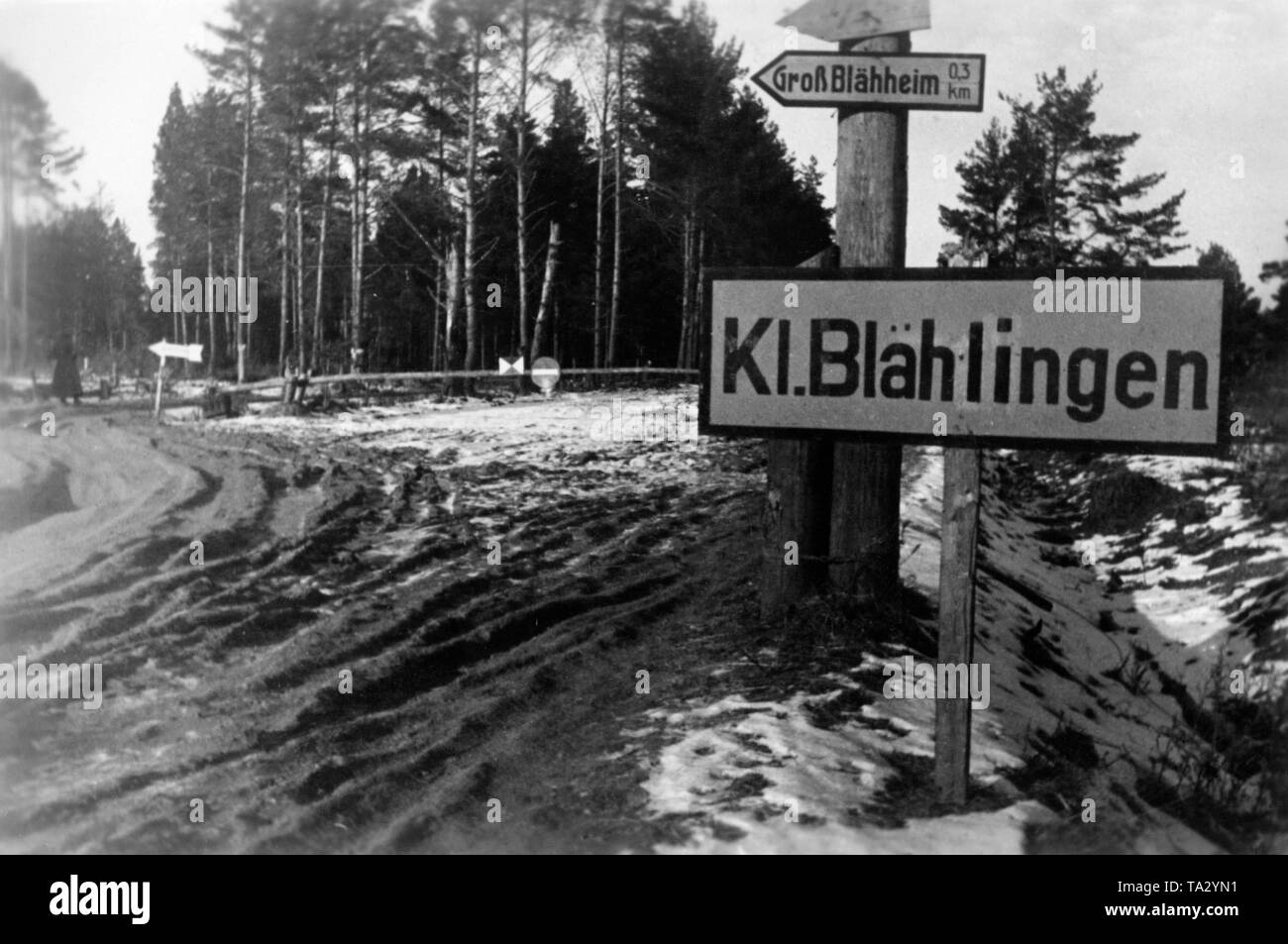 Soldiers of the Wehrmacht changed signposts in the Soviet Union. The two towns of Kl. Blaehlingen and Gross Blaehheim were originally winter quarters of the Soviet leadership. Photo: war reporter Beissel. Stock Photo