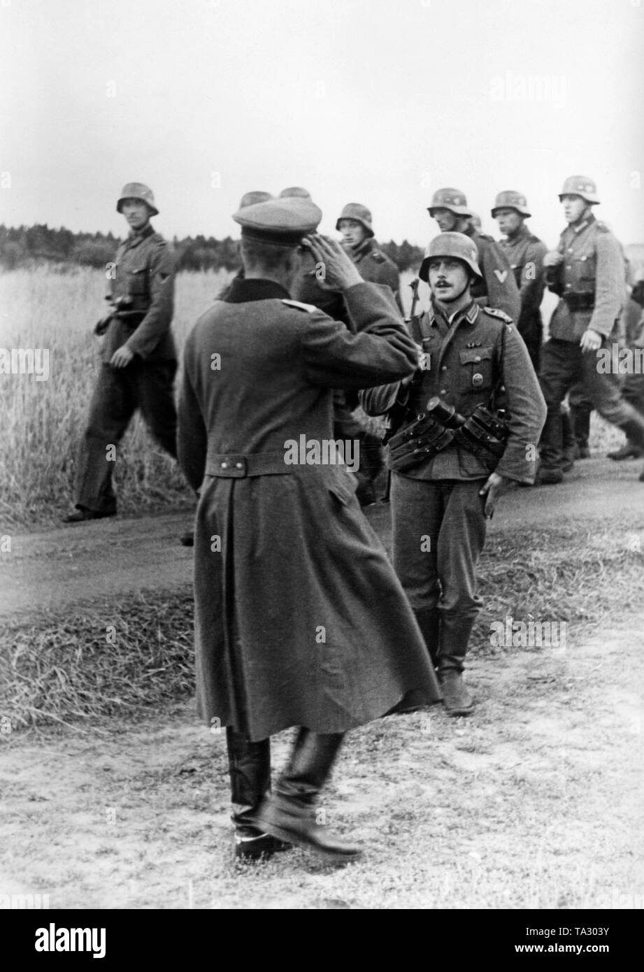 A platoon leader, a sergeant (right in front), reports to his superior officer the completed search for scattered units of the Red Army. Photo: war correspondent Fenske. Stock Photo