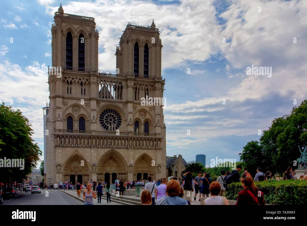 PARIS, FRANCE - 8 JUNE 2014: Tourists near Notre Dame de Paris in Paris - Stock Image
