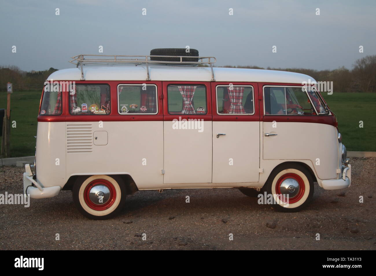A DUSK SIDE VIEW PHOTO OF A RETRO CLASSIC SPLIT-SCREEN VW VOLKSWAGEN CAMPER BUS VAN - Stock Image
