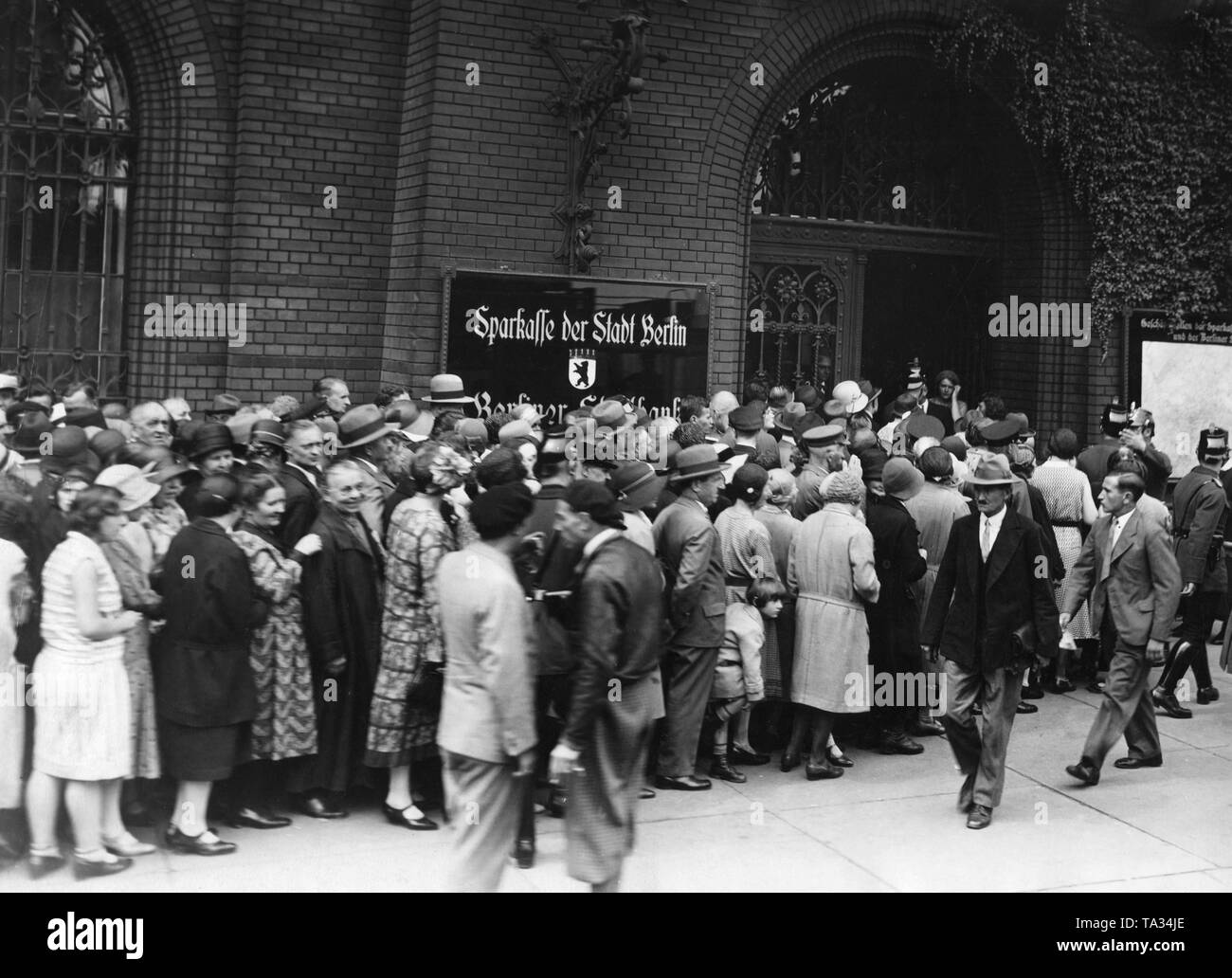 The bank crash leads to the suspension of payment of DANAT bank, depositors storm the counters as they remember the great inflation of 1923. - Stock Image