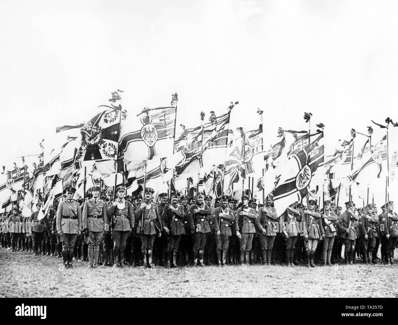 Flaggenstreit: Schwarz-weiß-rot (rechtskonservativ) gegen schwarz-rot-gold (linksrepublikanisch), Deutschland 1919-1932, Weimarer Republik, , 01.01.1919-31.12.1932 | Flag dispute: black-white-red (conservative right) against black-red-gold (republican left), Germany 1919-1932 Weimar Republic, 01.01.1919-31.12.1932 - Stock Image