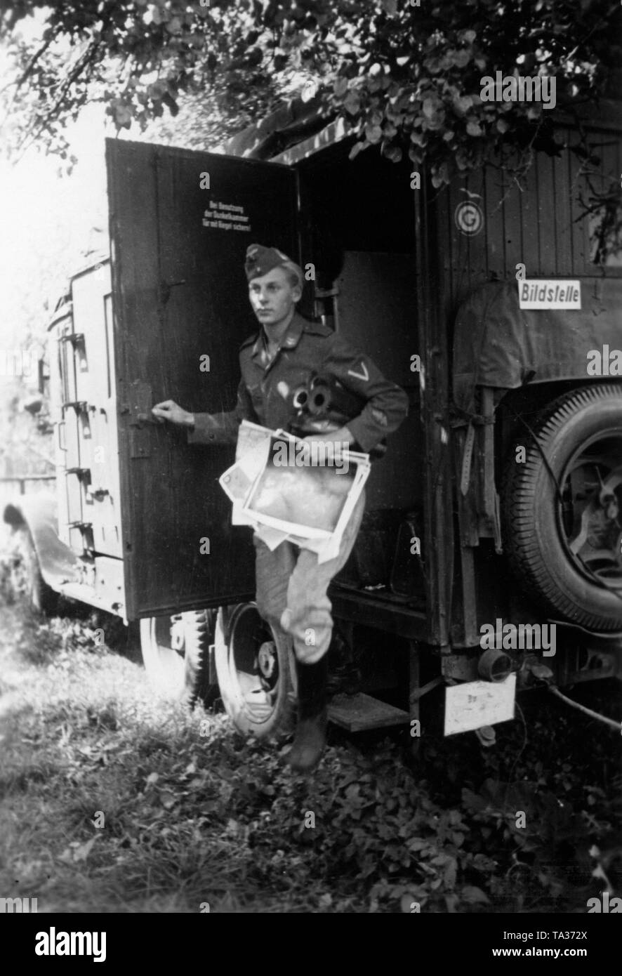 Picture office of the Wehrmacht in a truck of the Wehrmacht near Swenigorodka. Enlightenment results and enemy movements are documented and processed directly behind the front. In the picture an officer of the armored group leaves the picture office with map material. Photo: war correspondent Dietrich. Stock Photo