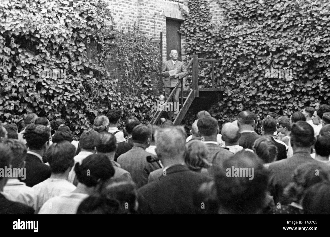 Photo of a member of the German Embassy giving a speech to a group of Germans in the Avenida de la Libertad in Madrid after the outbreak of the Spanish Civil War in the summer of 1936. - Stock Image