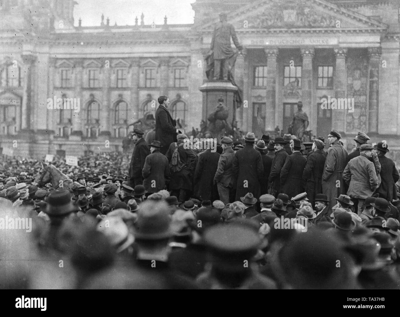 Demonstrators before the Reichstag during the deliberations on the Works Councils Act. - Stock Image