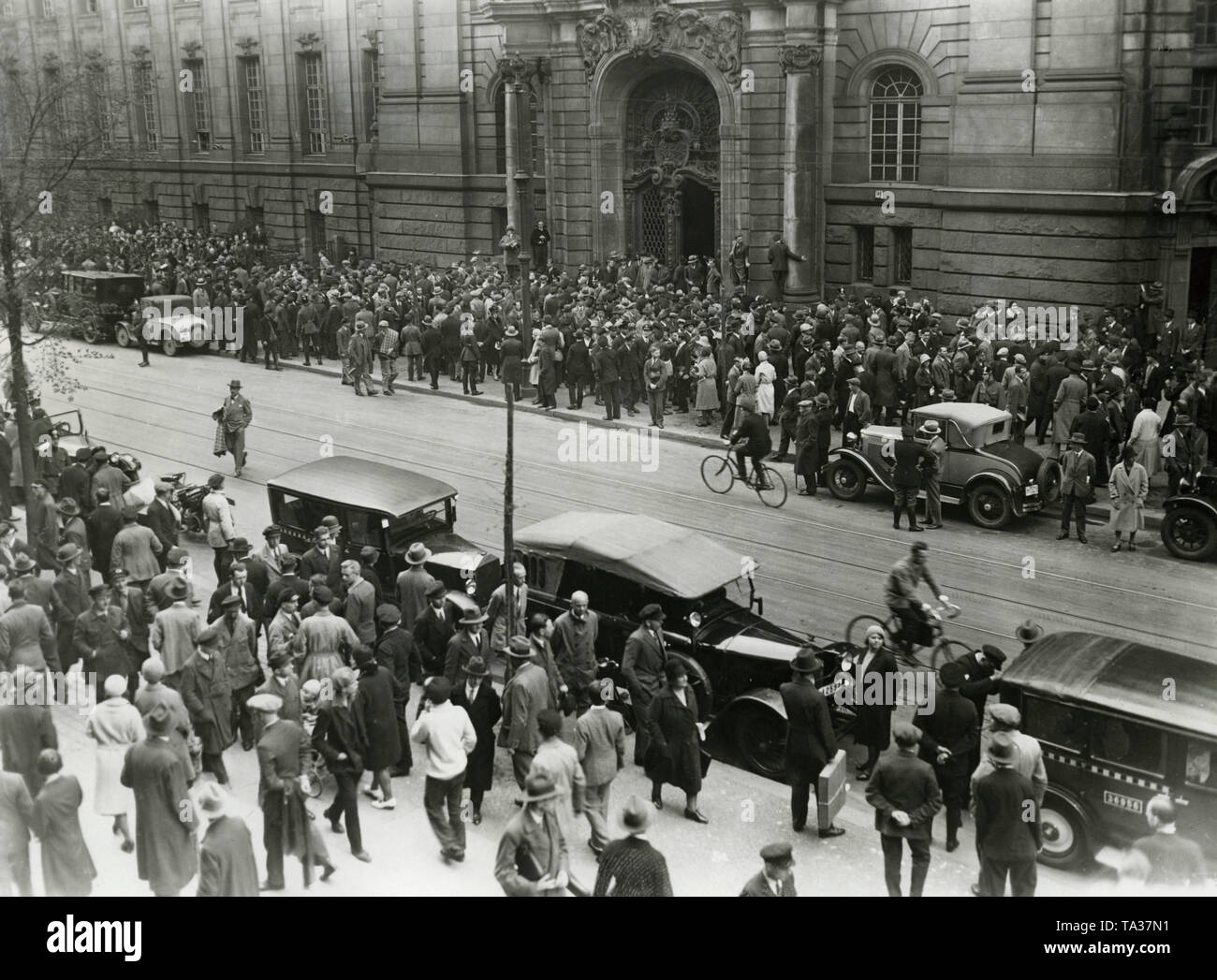 Hundreds of onlookers are waiting outside the Criminal Court Moabit for the arrival of witnesses. On this day Adolf Hitler was invited as a witness in the Eden Dance Palace trial. - Stock Image