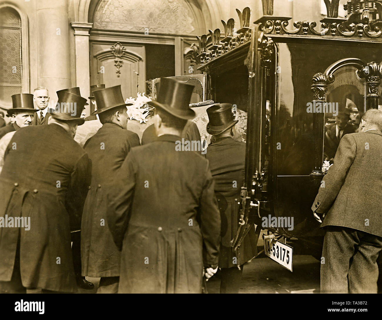After a mourning ceremony in the Trinity Church in Berlin, the coffin of Count von Brockdorff-Rantzau is lifted into a car. The funeral took place on the family estate of the Brockdorffs near Schleswig. - Stock Image