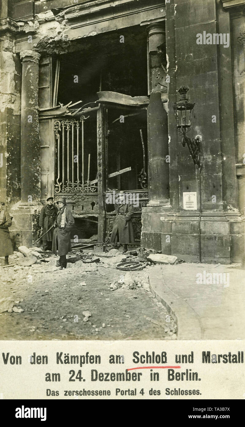 Soldiers in front of an entrance gate of the ruined Imperial Palace in Berlin (Berlin Mitte). The damage is caused by the fighting between government forces and members of the Volksmarinedivision. - Stock Image