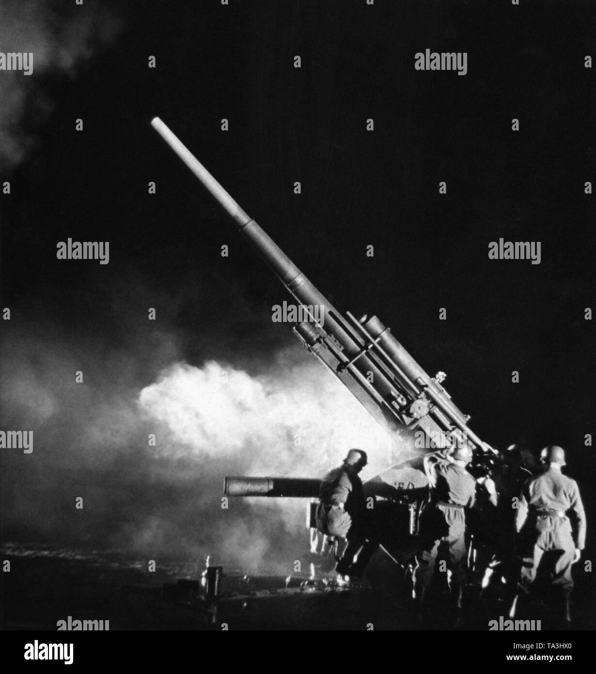 Wehrmacht soldiers, anti-aircraft artillery, shooting with an antiaircraft gun of the type 8.8 cm Flak 18. - Stock Image