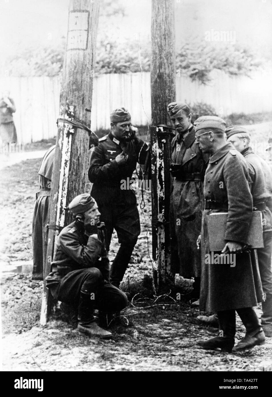 In a pocket on the eastern front. Wehrmacht soldiers have established a connection with the tactical operations staff. Photo: war correspondent Maetzel. Stock Photo