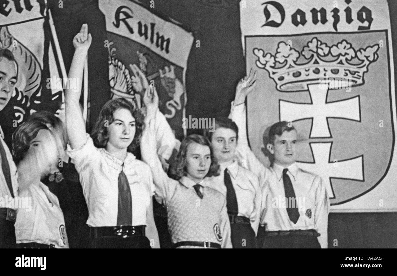 Students of the VDA Youth performing the play about East Prussia 'Die Insel', with the coats of arms of the cities lost to Poland as a setting. - Stock Image