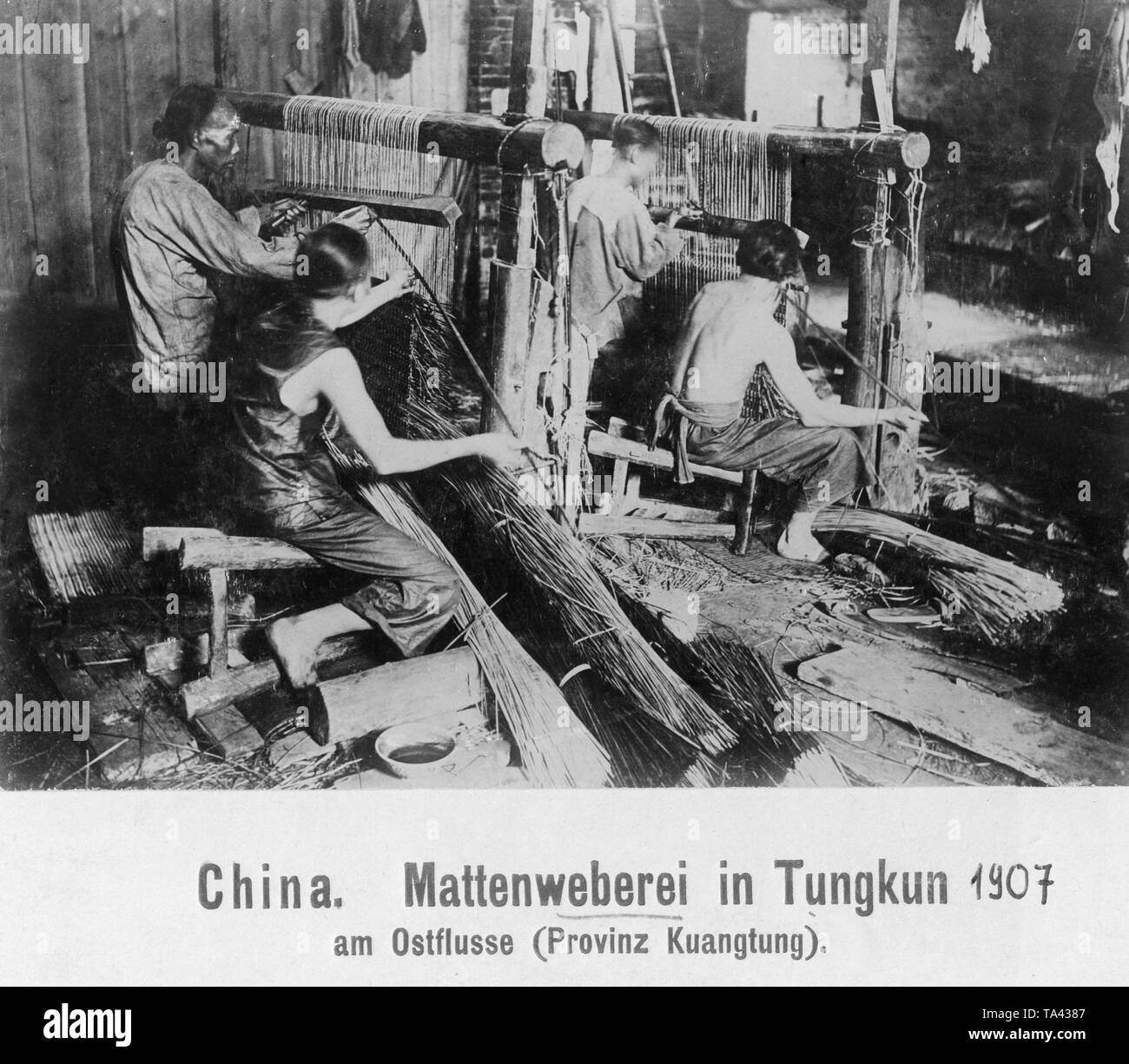 Workers in a mat weaving mill in Tungkun on the Dong River in the province of Guangdong. - Stock Image