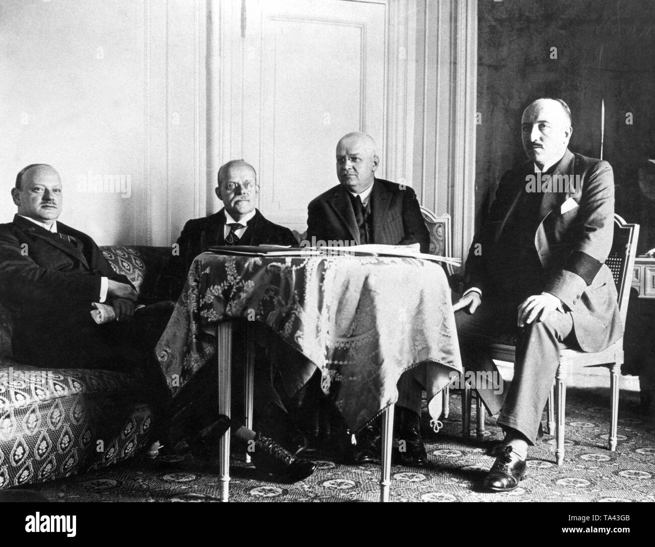 The German delegation at the London conference. Present were from left to right: Foreign Minister Gustav Stresemann, Chancellor Wilhelm Marx, Finance Minister Hans Luther, Secretary of State at the Federal Foreign Office, Carl von Schubert. There they accepted the Dawes plan. - Stock Image